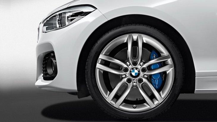 เสริมความเป็นสไตล์สปอร์ตให้กับ BMW 1 ด้วยล้ออัลลอยด์น้ำหนักเบาขนาด 19 นิ้ว แบบ Double-spoke 361 แบบ bi-colour สีดำและวงแหวนสีแดงเสริมให้ดูทะมัดทะแมงยิ่งขึ้น