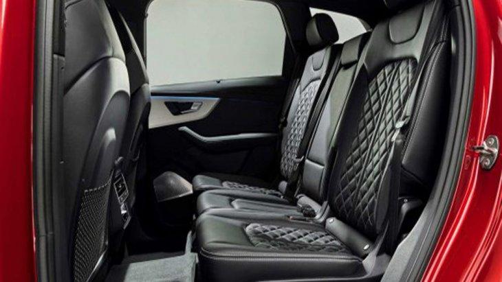 เบาะนั่งภายใน Audi Q7 2020 หุ้มด้วยหนังตกแต่งด้วยลายข้าวหลามตัดเย็บเก็บตะเข็บด้วยด้ายสีขาว โดยเบาะนั่งทั้งในด้านหน้า และ ด้านหลังมาพร้อมกับพนักพิงศีรษะ