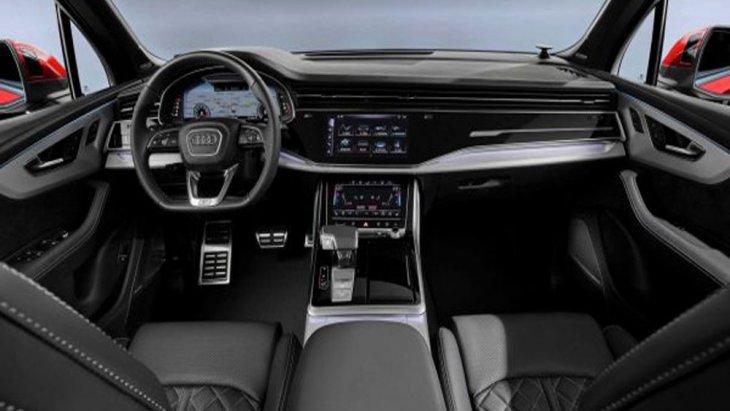 ภายใน Audi Q7 2020 ก็ได้รับการปรับโฉมให้มีความโฉบเฉี่ยวไม่แพ้ภายนอกด้วยการดีไซน์คอนโซลหน้าแบบใหม่สีดำเข้มคาดด้วยวัสดุสีเงินเป็นแนวยาวส่งผลให้ดูสปอร์ตขึ้นอย่างเห็นได้ชัด