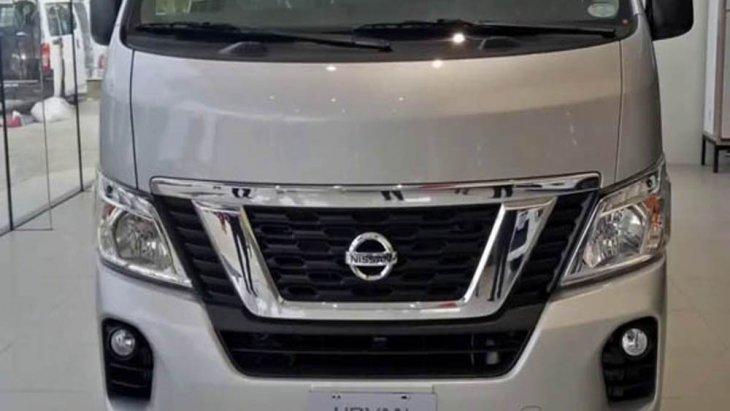 Nissan NV350 Urvan 2019 เพิ่มความประทับใจในทุกมุมมองผ่านการติดตั้งกระจังหน้าแบบโครเมียมพร้อมช่องดักอากาศด้านหน้าขนาดใหญ่ผสานกับการติดตั้งไฟหน้าแบบ LED โปรเจคเตอร์ และ ระบบปรับไฟสูงอัตโนมัติพร้อม LED Signature Lights
