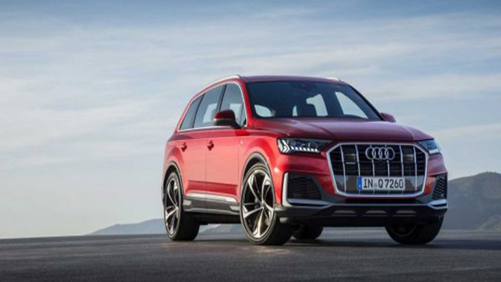 กลับมาสร้างความเร้าใจบนถนนอีกครั้งสำหรับ Audi Q7 2020 โดยในคราวนี้ได้รับการปรับโฉมให้กลายเป็นครอสโอเวอร์ทรงสปอร์ตพร้อมเส้นสายที่ดูทันสมัยมากยิ่งขึ้น