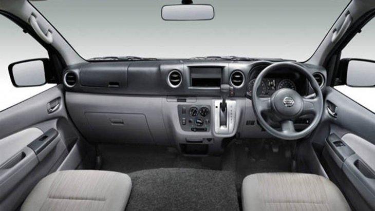 ภายใน Nissan NV350 Urvan 2019 ได้รับการออกแบบอย่างประณีตผ่านเฉดสีตกแต่งภายในโทนสีดำ กระจกมองภาพด้านหลังเป็นแบบปรับลดแสงสะท้อน