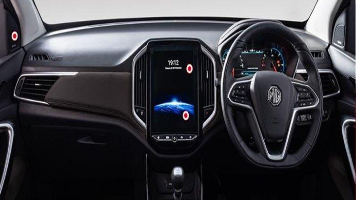 MG Hector  2019 ตกแต่งภายในด้วยโทนสีดำ คอนโซลหน้าและแผงประตูได้รับการตกแต่งด้วยสีดำเช่นเดียวกันเสริมด้วยการนำวัสดุสีเงินโครเมียมเข้ามาเพิ่มความโดดเด่นได้เป็นอย่างดี