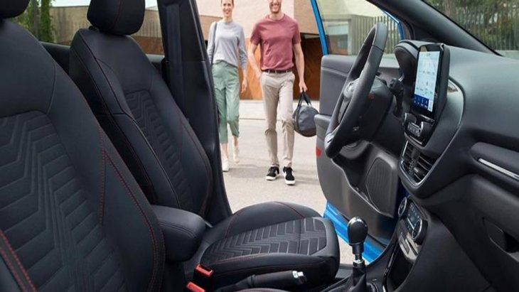 Ford Puma 2020 ได้รับการตกแต่งภายในด้วยโทนสีดำ เบาะนั่งภายในหุ้มด้วยหนังเย็บเก็บตะเข็บด้วยด้ายสีแดงพร้อมจุดยึดเข็มขัดนิรภัยในทุกที่นั่ง