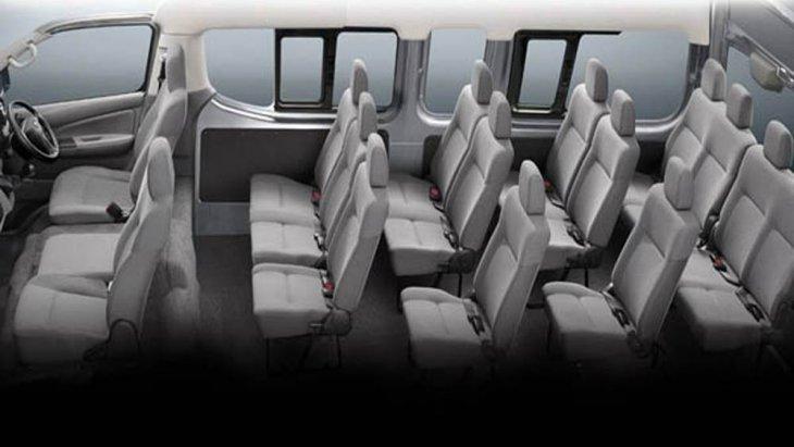 เบาะนั่งภายในหุ้มด้วยผ้าสีเทา เบาะนั่งด้านหน้า 3 ที่นั่ง เบาะนั่งด้านคนขับสามารถปรับเอนและเลื่อนได้ โดยเบาะนั่งแถวที่ 1/2/3 แบบ 3 ที่นั่งสามารถที่จะปรับเอนได้ ส่วนเบาะนั่งแถวที่ 4 แบบ 4 ที่นั่งปรับเอนได้