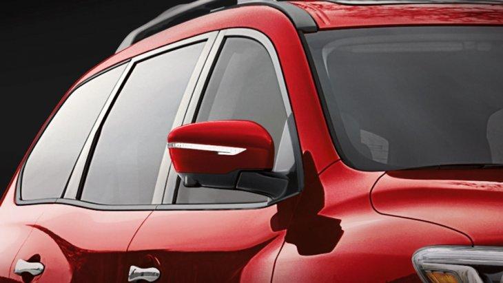 กระจกมองข้างดีไซน์โฉบเฉี่ยวสีเดียวกับตัวรถ มาพร้อมกับไฟเลี้ยวดีไซน์เก๋ มองเห็นได้อย่างชัดเจน