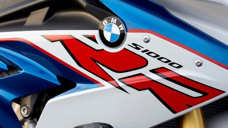 ป้ายสัญลักษณ์ BMW ที่บ่งบอกความเป็นตัวตนของสายเลือด BMW