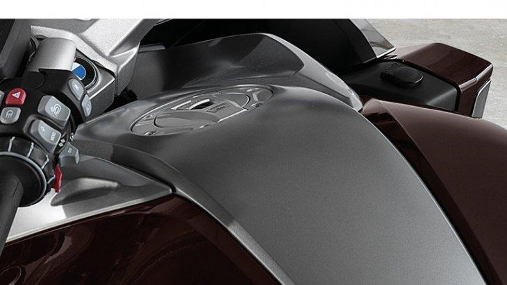 ถังน้ำมันดีไซน์ใหม่ เพื่อช่วยเสริมความเฟิร์สคลาสให้กับ BMW K 1600 GTL
