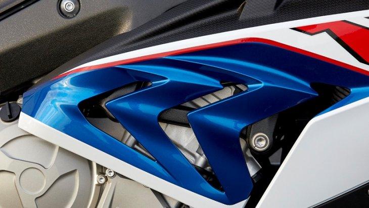 กระจังด้านข้างที่มาพร้อมกับความแตกต่างด้วยส่วนเว้าทรงสามเหลี่ยมที่เป็นเอกลักษณ์เฉพาะตัวของ BMW S 1000 RR