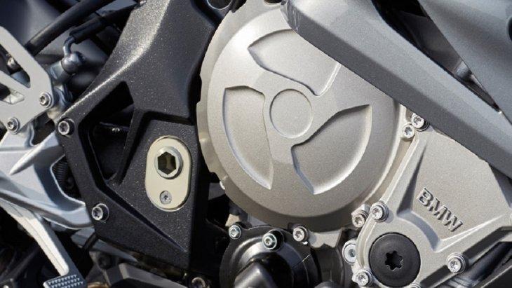 BMW S 1000 RR มาพร้อมกับเครื่องยนต์สี่สูบแถวเรียง 146 กิโลวัตต์ (199 แรงม้า) ที่ 13,500 รอบต่อนาที 999 ซีซี อัตราเร่ง 0-100 กม./ชม. ภายใน 3.1 วินาที