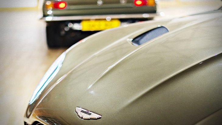 ตราสัญลักษณ์ Aston Martin สไตล์อนุรักษ์ ลงด้วยสีอีนาเมลที่ฝากระโปรง
