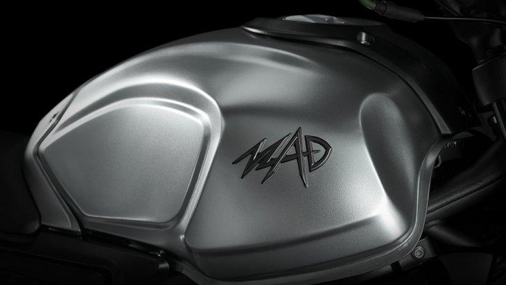 สัญลักษณ์ MAD บนถังน้ำมันความจุขนาด 15.5 ลิตร