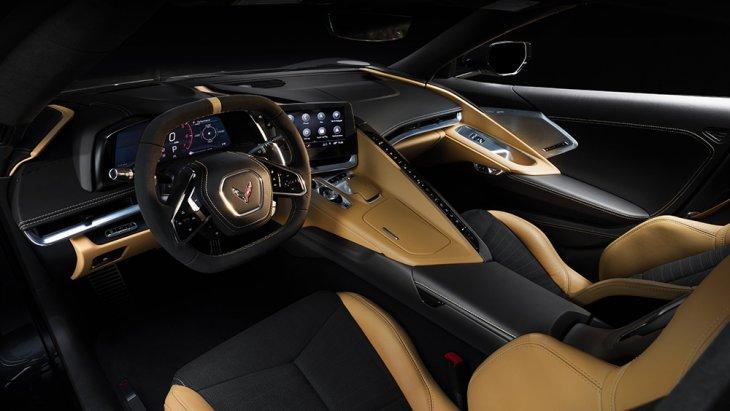 ภายใน All-new Chevrolet Corvette Stingray 2020 ค่อนข้างล้ำ แผงหน้าปัดโอบล้อมแบ่งส่วนผู้ขับและผู้โดยสาร รูปทรงเดียวกับ Logo ของ Stingray วัสดุที่ใช้เน้นคุณภาพและงานฝีมือ เช่น หนังแท้เกรดสูงที่ตัดเย็บด้วยมือ โลหะแท้