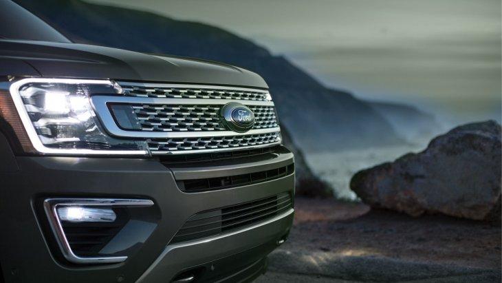 ไฟหน้าแบบ LED ที่ออกแบบให้เป็นแผงเดียวกับกับกระจังหน้า เพื่อเพิ่มความดุดันและแข็งแกร่งให้กับ Ford Expedition 2019 มากขึ้น