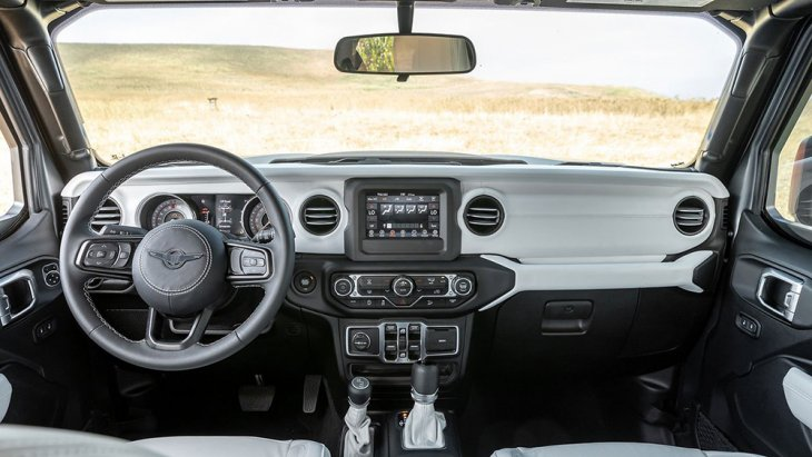ห้องโดยสารตกแต่งด้วยหนังสีขาวเครื่องเสียงมีวิทยุแบบพื้นฐาน พร้อมฟังชั่นเชื่อมต่อสมาร์ทโฟนผ่าน Android Auto หรือ Apple CarPlay