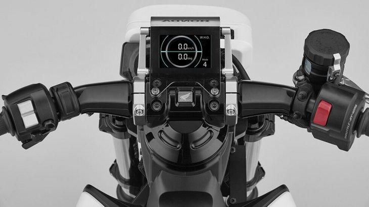จุดสำคัญที่ทำให้ Honda Riding Asist-e Concept ทรงตัวเองได้ก็คงเป็นส่วนคอ แฮนด์บาร์และโช้คอัปคู่หน้าที่ขยับตัวแยกกันได้อย่างอิสระ