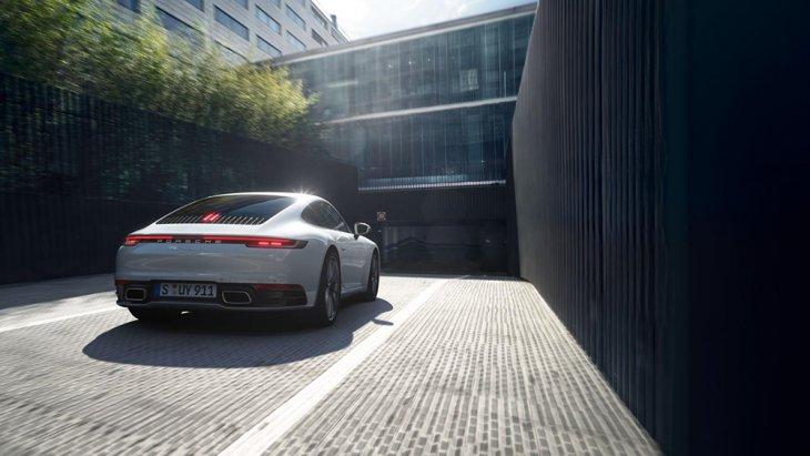 นอกจากส่วนของปลายท่อไอเสีย ซึ่งทาง Porsche 911 Carrera 4 มาพร้อมกับปลายท่อเดี่ยวทรง 4 เหลี่ยม ที่ฝั่งซ้ายและขวาของกันชน